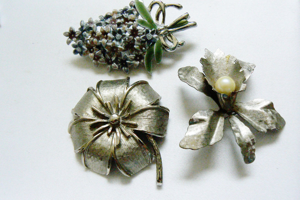 Metal Brooches  LOT OF 3 VINTAGE SILVER TONE METAL ORCHARD LILLY FLOWER