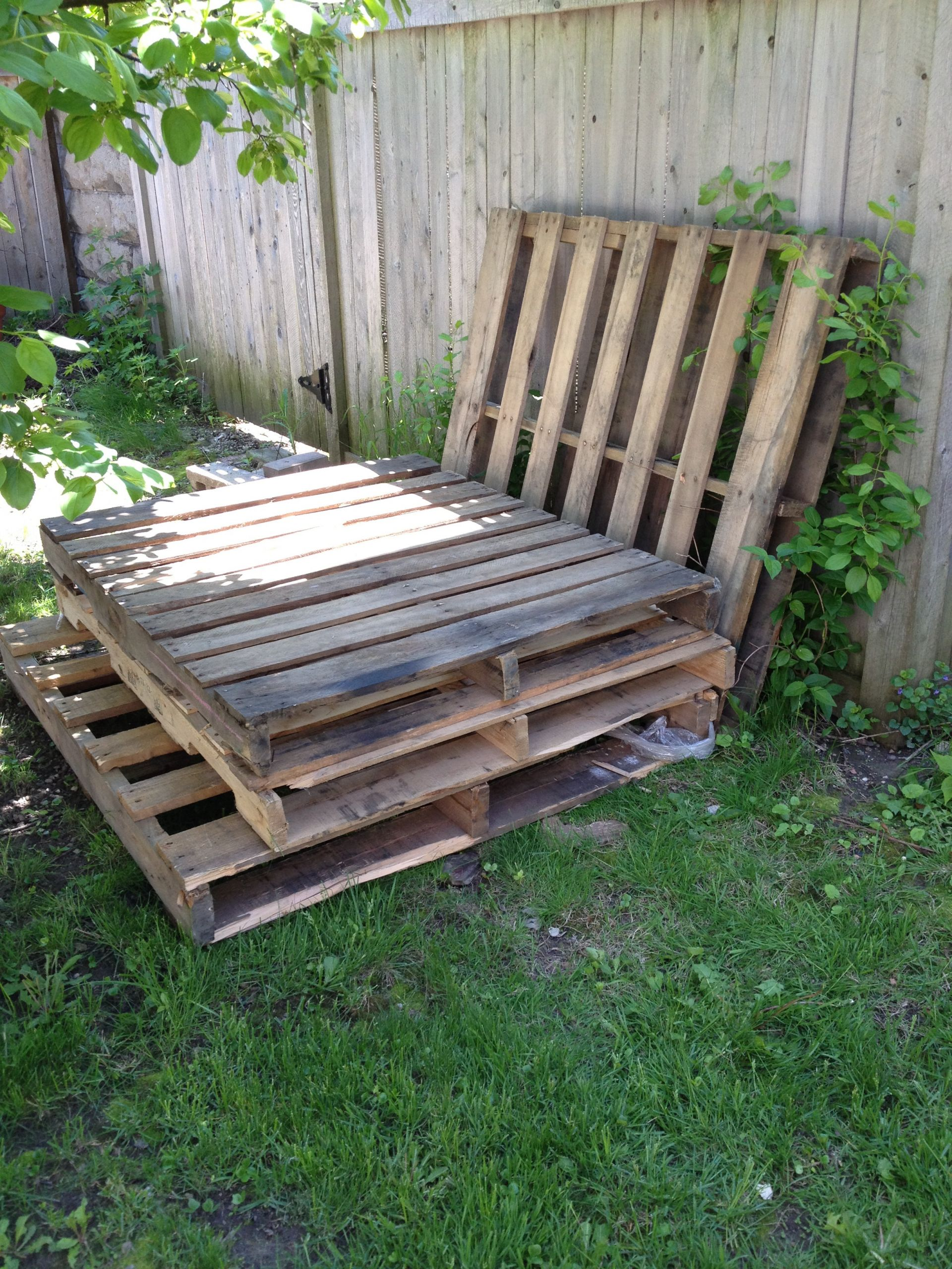 Pallet Backyard Furniture  Temporary Outdoor Sofa with Pallets